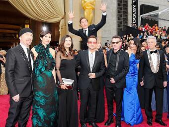 Benedict Cumberbatch színész a U2 együttes mögött